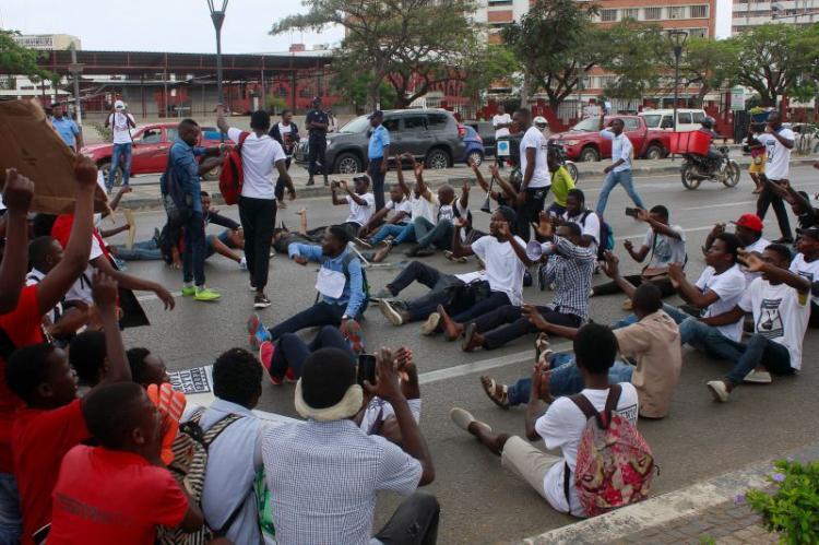 Estudantes marcham contra a subida de emolumentos