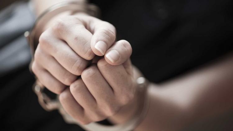 Mulher detida por bater no neto de dois anos